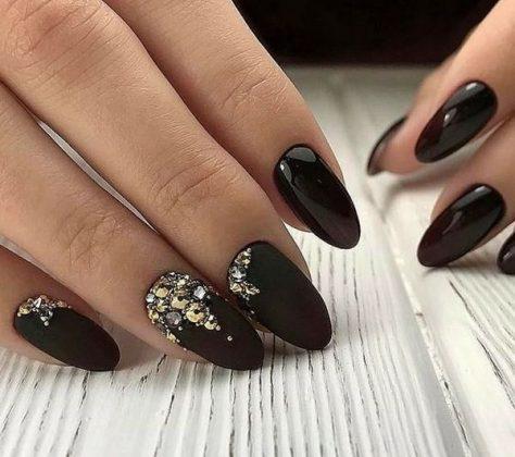 Шикарний колір темного манікюру