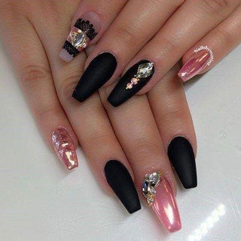 Модний манікюр на новий рік чорного кольору на довгі нігті