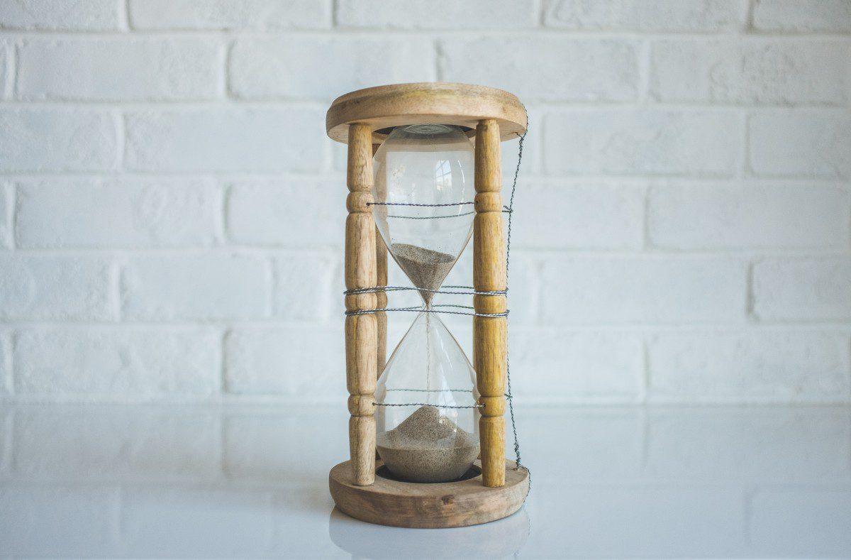 Пісковий (пісочний) годинник гарна деталь інтер'єру і оберіг для родини