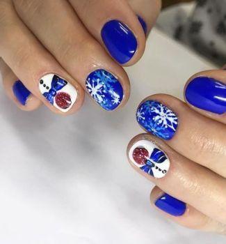 Модний манікюр на Новий рік 2021 кольору електрик на короткі нігті