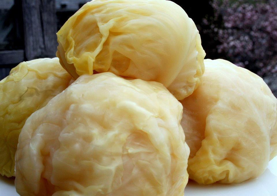Покроковий рецепт, як квасити цілий качан капусти, щоб отримати оригінальну квашену капусту