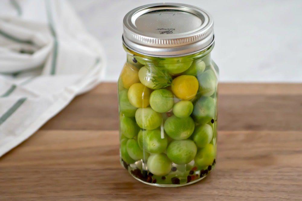 Інгредієнти для консервації хрумких зелених помідорів на зиму