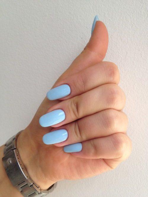 Кремово-блакитний манікюр для осінніх днів