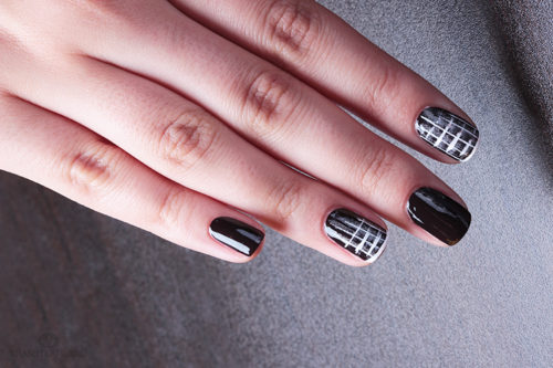 Манікюр на короткі нігті в чорно-білу клітину, фото