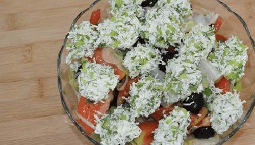 Рецепт пісного салату з бринзою і огірками та оливками