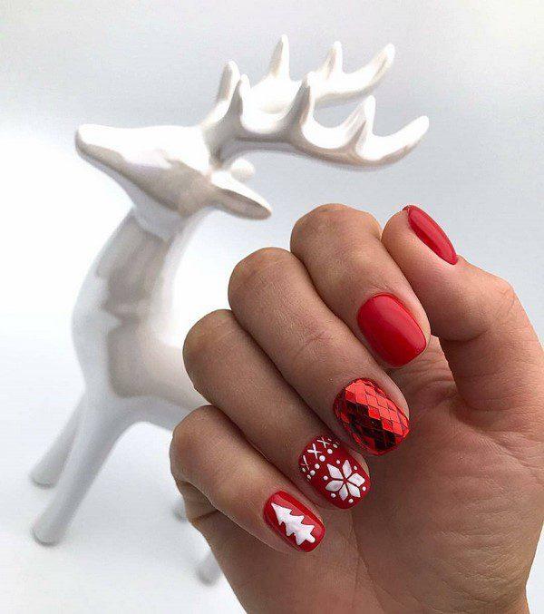 Шикарний новорічний манікюр червоного кольору на короткі нігті
