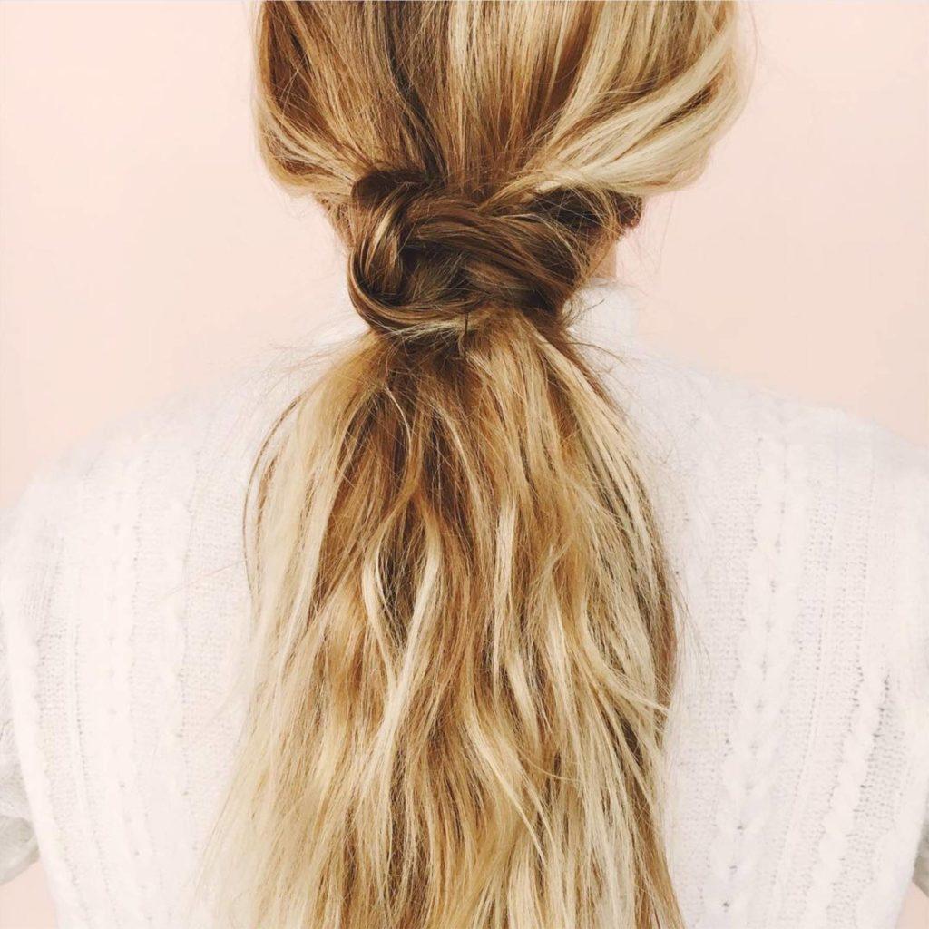 Святкова зачіска легкому природному стилі на довге волосся