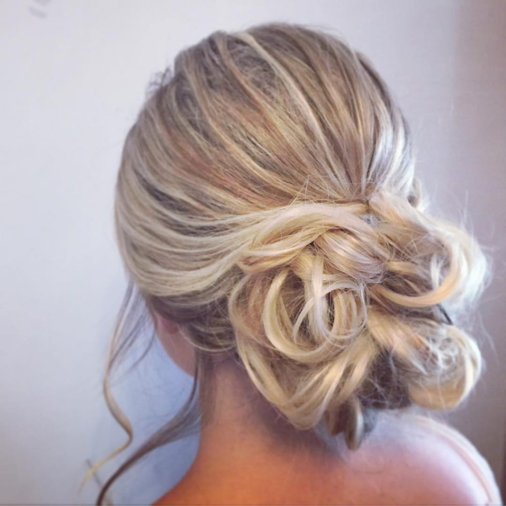 Святкова зачіска в невимушеному стилі на довге волосся