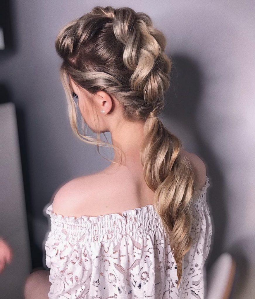 Святкова зачіска на довге волосся з об'ємною косичкою створить невимушений образ