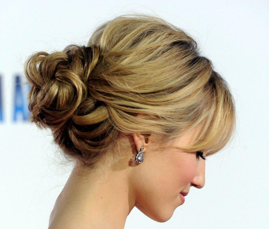 Святкова зачіска в невимушеному стилі на довге волосся щоб виглядати молодше