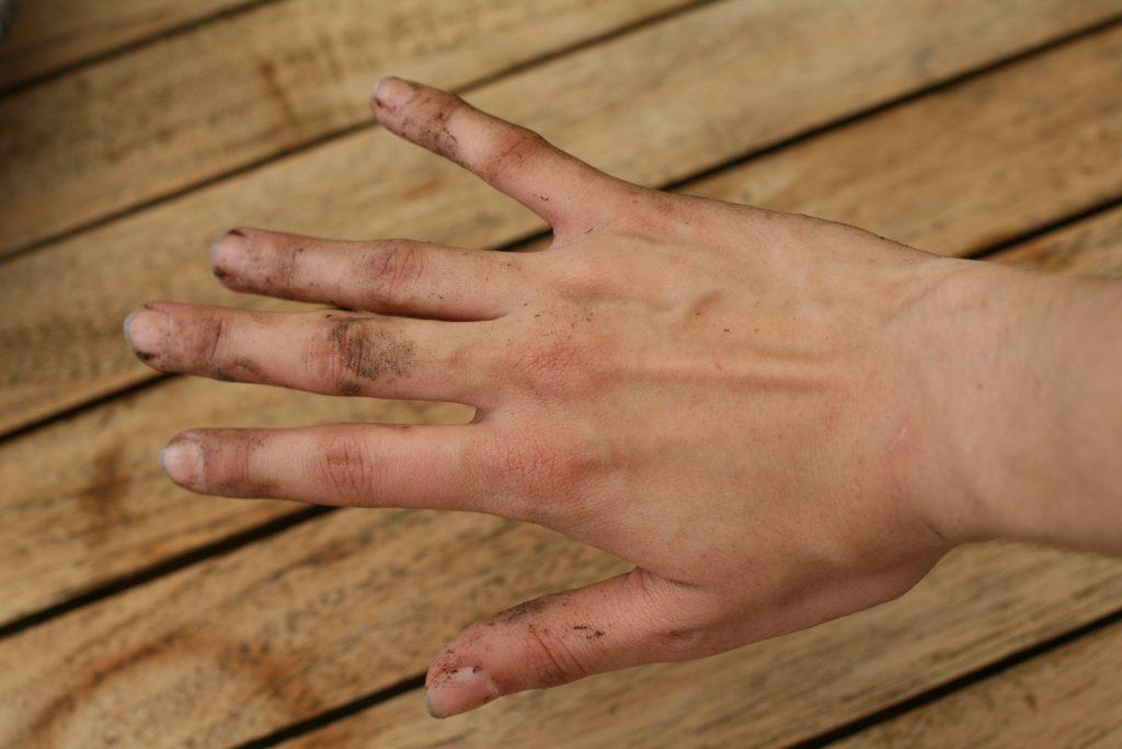 Догляд за руками після роботи в саду та на городі
