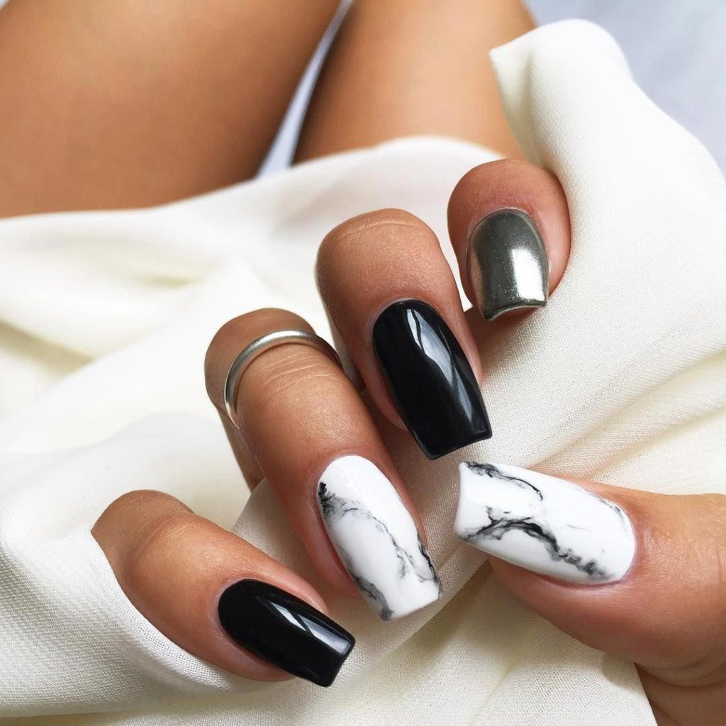 Стильний мармуровий манікюр, приклад модного покриття
