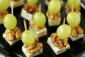 Закуски до новорічного столу: рецепт витонченої закускидо шампанськогоз сиром, виноградом і волоськими горіхами