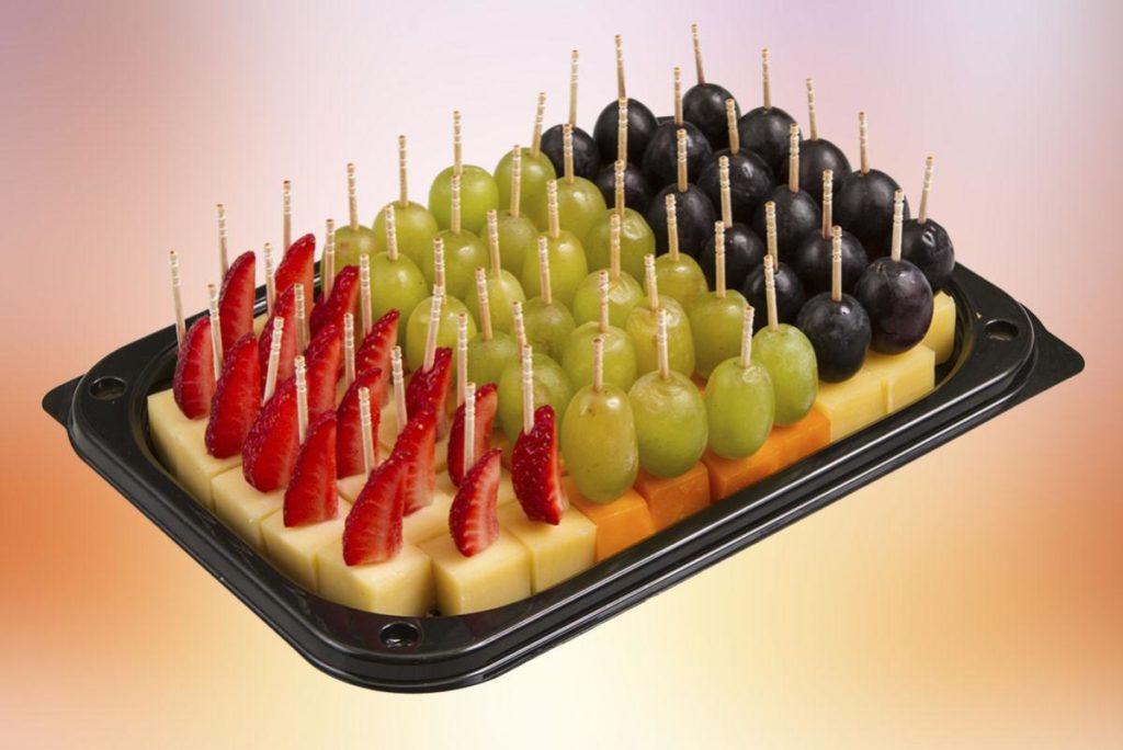 Закуски до новорічного столу: канапки з горіхом і виноградом