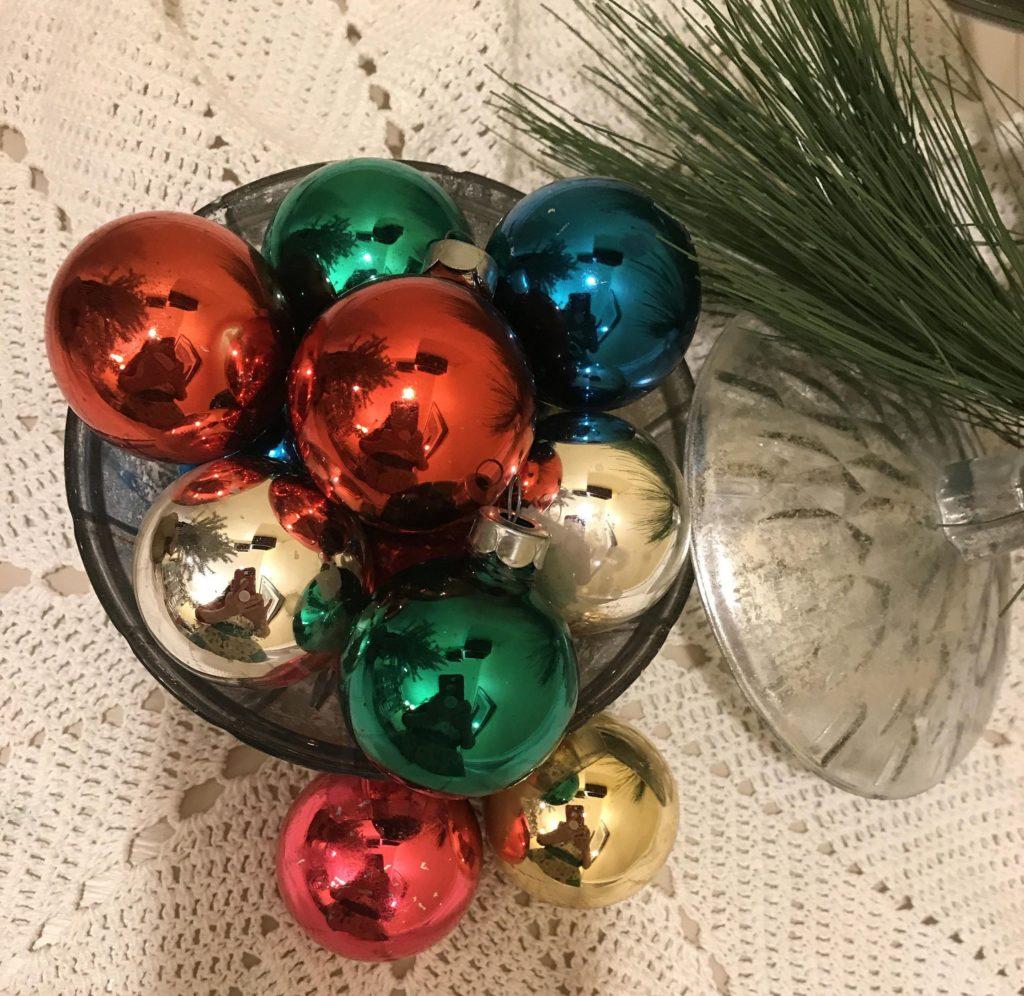 Новорічний ритуал з ялинковою іграшкою для залучення щастя і удачі