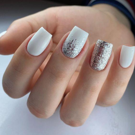 Новорічний манікюр білого і металіку на короткі нігті - тренд 2021 року