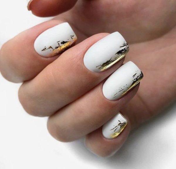 Біле покриття на короткі нгіті з додаванням золотистого кольору
