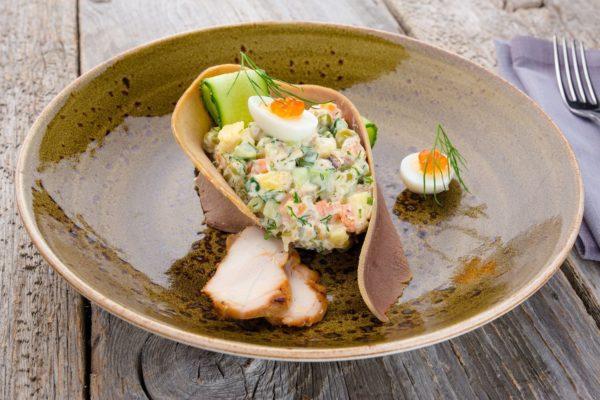 Оригінальний приклад оформлення новорічного салату