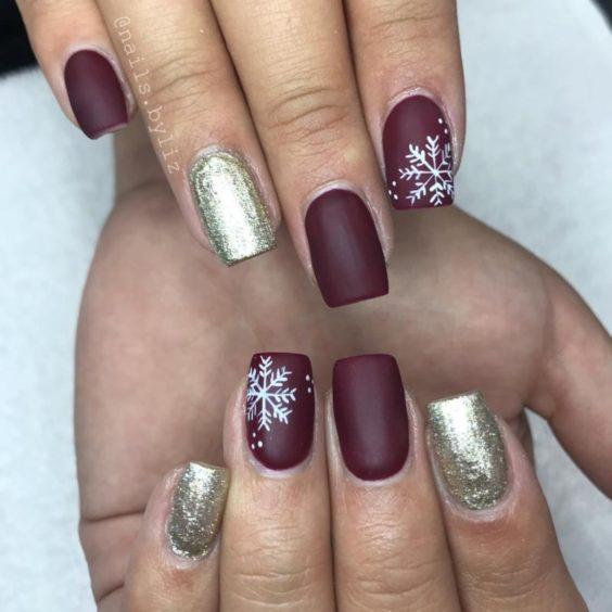 Блискучії манікюр на Новий рік зі сніжінкамі
