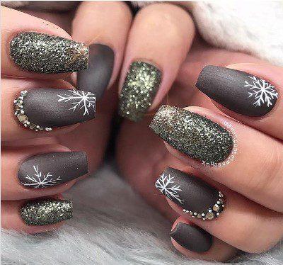 Новорічний дизайн нігтів зі сніжинками