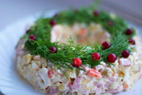 Оригінальний новорічний варіант як прикрасити салат Олів'є