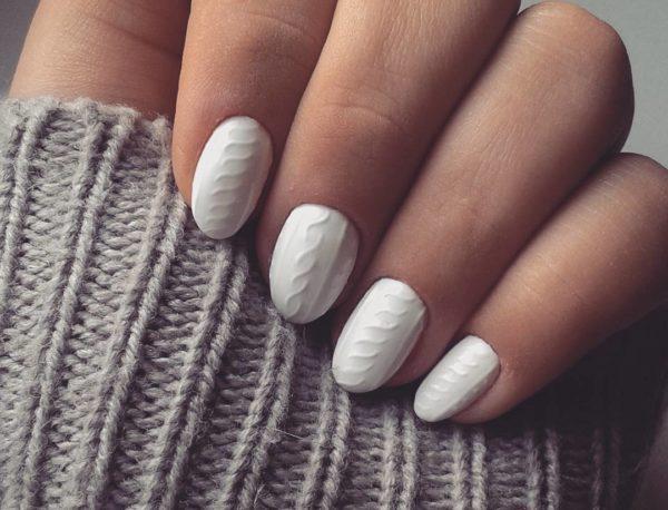 Білий колір продовжує тренд плетеного манікюру на короткі нігті і в 2021 році