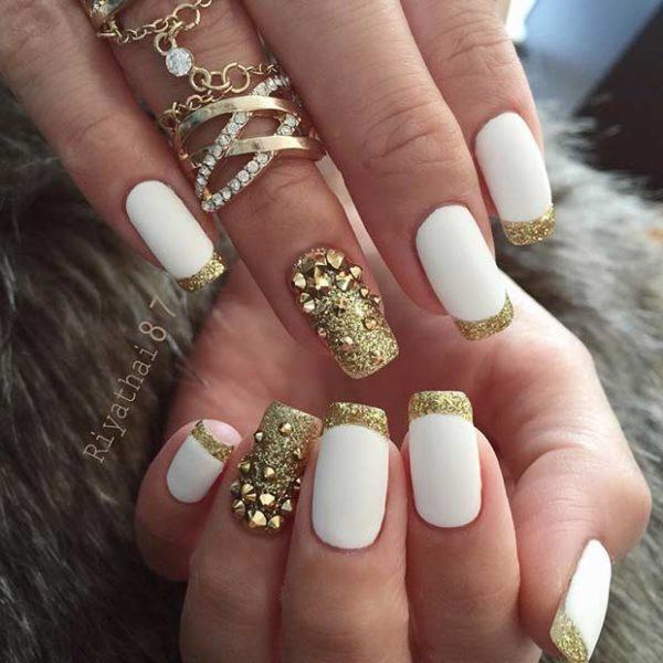 Розкішний білий манікюр з золотом у різних техніках на короткі нігті
