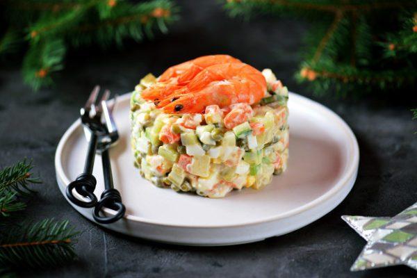 Легкий дієтичний Олів'є по-новому з креветками і авокадо замість ковбаси і м'яса
